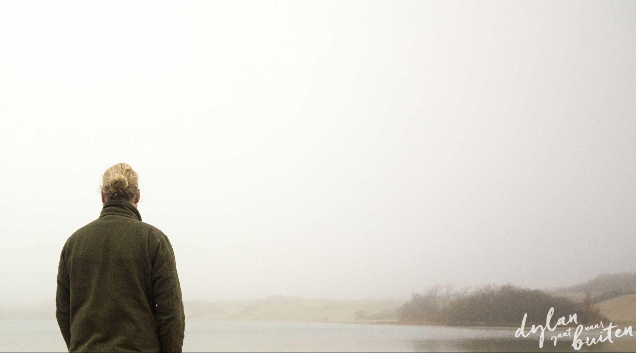 In de mist aan het water