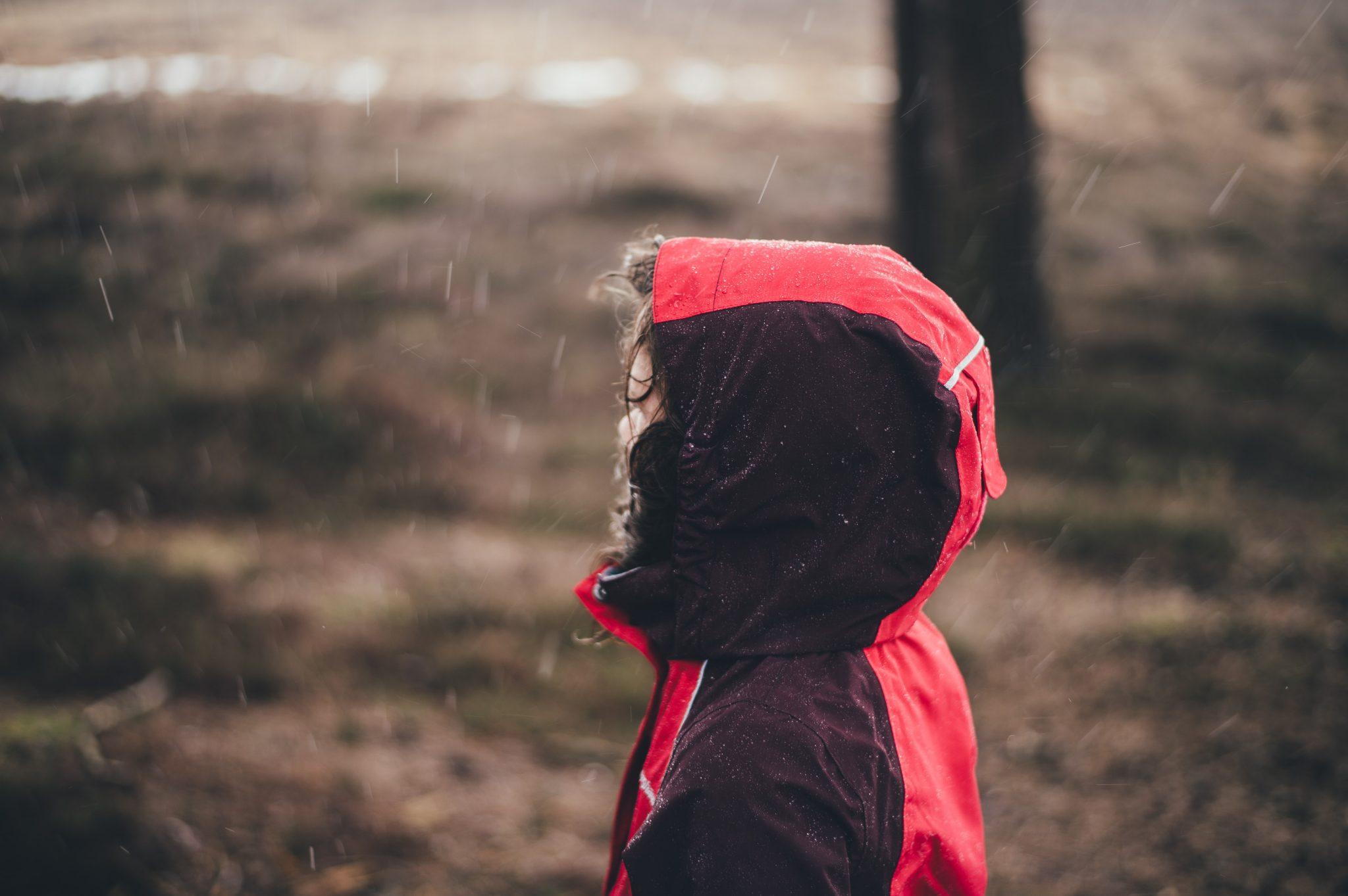 Persoon in de regen