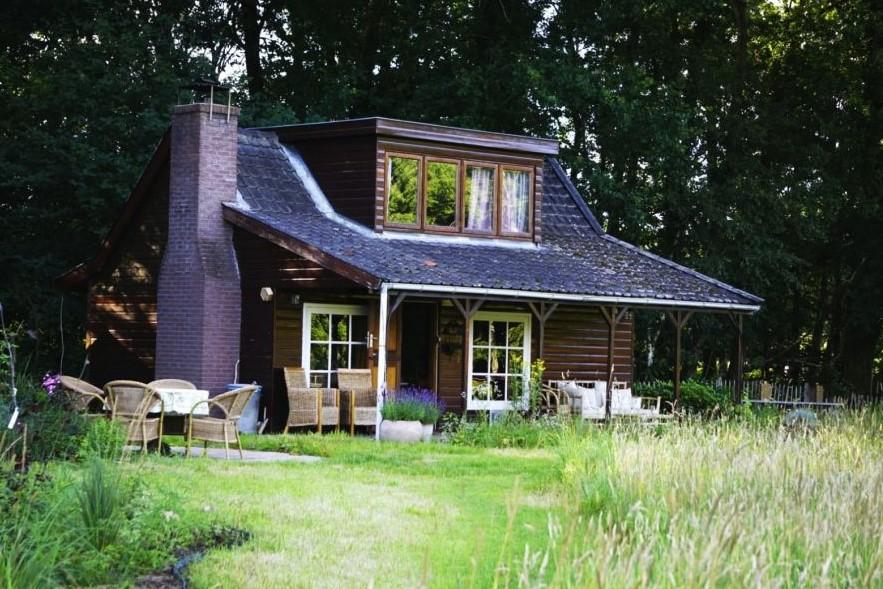 Huisje in Nederlandse natuur