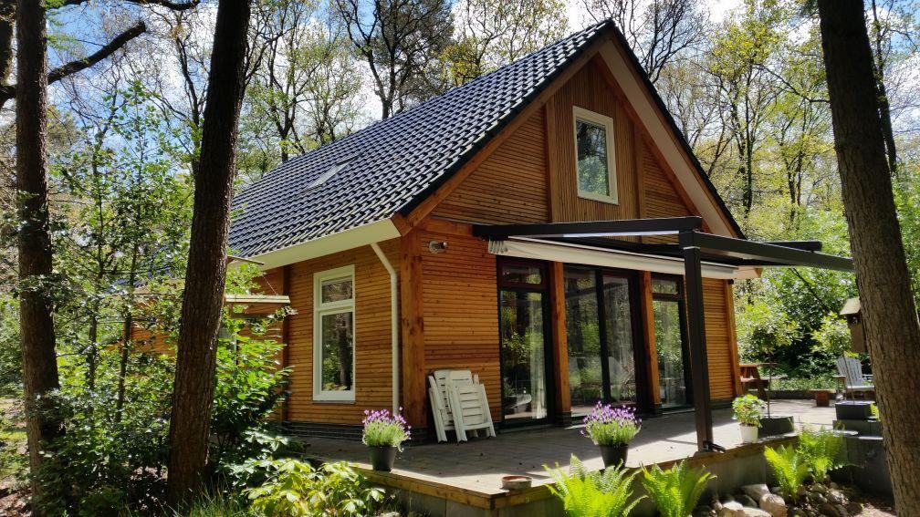 Houten huisje in natuur Drenthe
